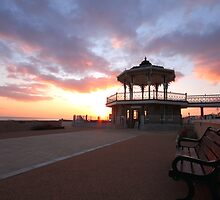 Sunset on seafront  by zumi