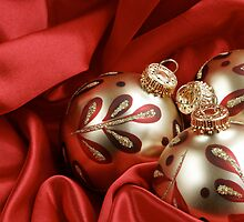 Red and Gold Christmas Background by caqphotography