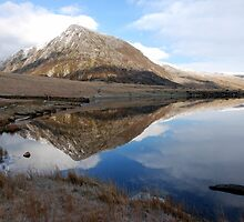 cwm idwel lake by linsads