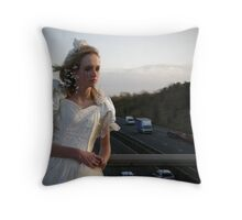 runaway bride 01 Throw Pillow