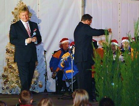 Singing to the Crowd - Carols by the Bay by Rhonda F.  Taylor