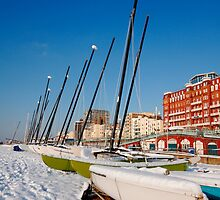 Snowy seafront II by zumi