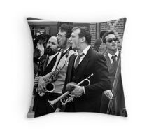 Que pasa por la calle? Throw Pillow