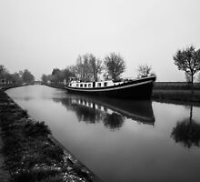 Barge Le Canal de Bourgogne by Steve Foster