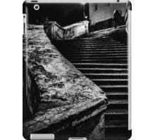Una signora in cima dei gradini iPad Case/Skin