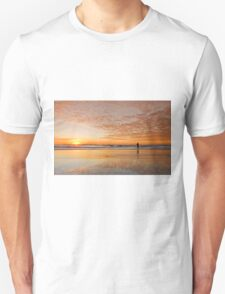 """Catching"" the Sunrise -Main Beach Qld Australia Unisex T-Shirt"