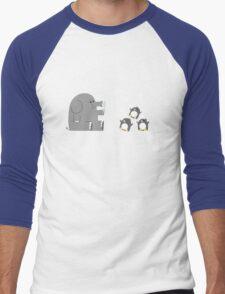 Elephants & Penguins love bubbles. Men's Baseball ¾ T-Shirt