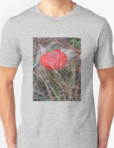 RED AND WHITE SPOT TOADSTOOL Unisex T-Shirt