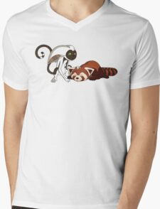 Momo petting Pabu Mens V-Neck T-Shirt