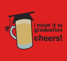 I MADE IT TO GRADUATION CHEERS! in a pint beer glass with mortar board hat Kids Clothes