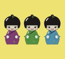Cute Kokeshi dolls on green Kids Tee