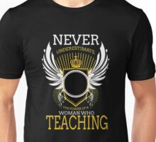 NEVER UNDERESTIMATE THE POWER OF A WOMAN WHO TEACHING Unisex T-Shirt