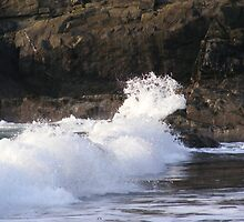 Waves crashing on rocks by siobhain67