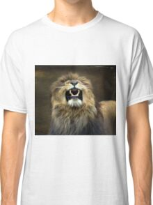 The lion roars Classic T-Shirt