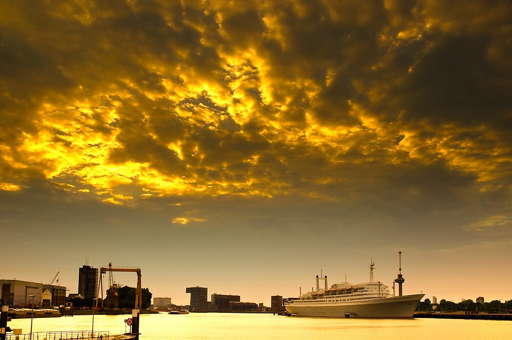 Burning sky over the SS Rotterdam by jan1968