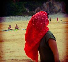 Pañuelo rojo en la playa by recuerofotos