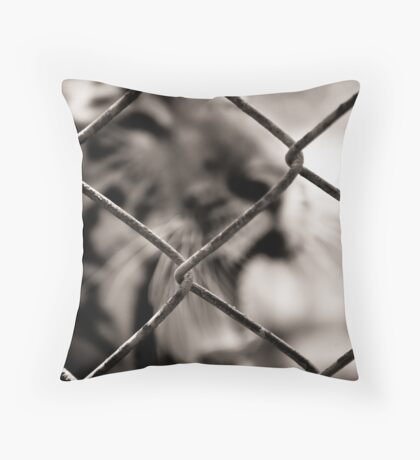 yelling for freedom Throw Pillow