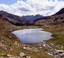 Round lake at Coma de Sotllo by glorund