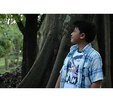 young boy looking to the top Photographic Print