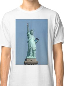 Statue of Liberty holding Mobile & ipad Classic T-Shirt