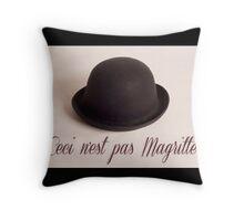 Ceci n'est pas Magritte - chapeau Throw Pillow