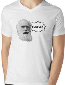 "Darwin shouts ""EVOLVE"" Mens V-Neck T-Shirt"