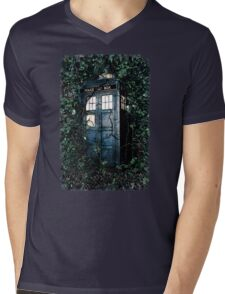 Police Box in The Garden Hoodie / T-shirt Mens V-Neck T-Shirt