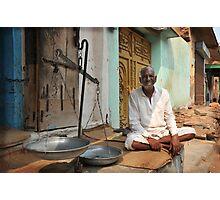 weighing man, Rajasthan, India Photographic Print