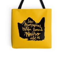 Las Montanas Estan Llamando y Nairo Debe ir / The Mountains Are Calling and Nairo Must Go (Spanish) Tote Bag