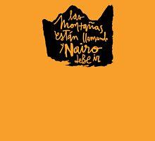 Las Montanas Estan Llamando y Nairo Debe ir / The Mountains Are Calling and Nairo Must Go (Spanish) T-Shirt