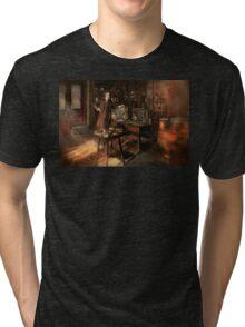 Steampunk - The time traveler 1920 Tri-blend T-Shirt