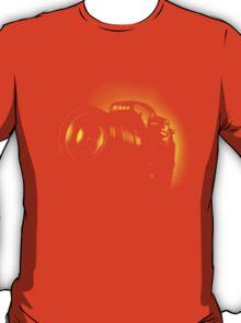 I Shoot with my nikon (Halftone style) T-Shirt
