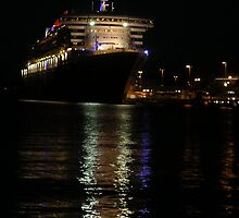 QM2 in Woolloomooloo Harbour, Sydney by markeccles