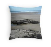 Rock in a pool - Muriwai Beach Throw Pillow