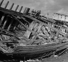 carcasse de bateau noir et blanc sur le flanc by seccotine