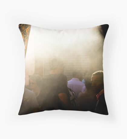 L'Arabe et la fumée Throw Pillow