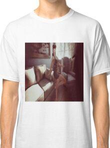 Retro queen of the manor Classic T-Shirt