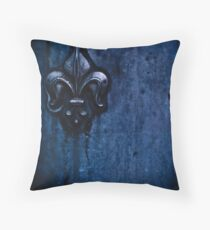 la porta blu Throw Pillow