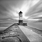 Berwick Upon Tweed Lighthouse (Mono) by Ian Parry