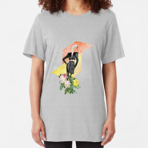 Femme-cygne avec roses et formes géométriques - crédit fleurs : vecteezy.com T-shirt ajusté