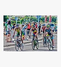 Triatletas en bici Photographic Print