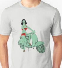 Camiseta unisex ¡La loca verde con bikini rojo monta una vespa vintage Vespa!
