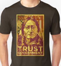 Camiseta unisex Confíe en el gobierno Sitting Bull
