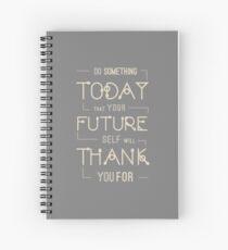 Tun Sie etwas, heute, dass Ihr zukünftiges Selbst Ihnen danken wird. Wie ein Chef, motivierendes Zitat. Grau und Beige. Spiralblock