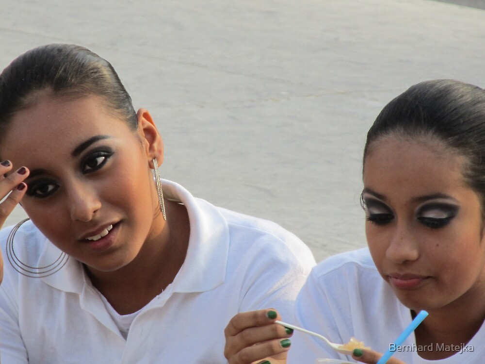 Talks - two belles on the square - Platicas - dos jovencitas guapas en la plaza by Bernhard Matejka