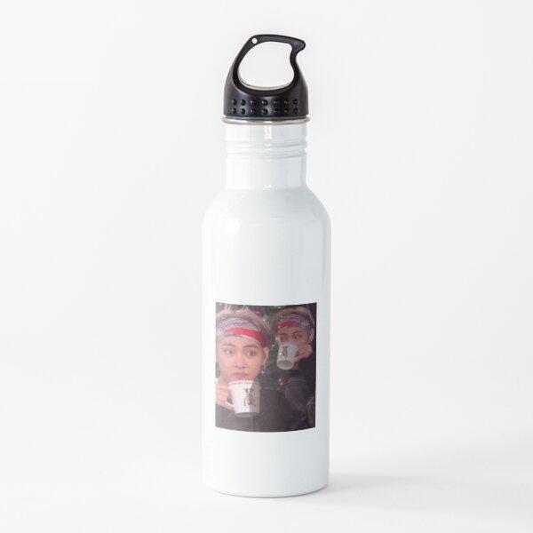 Taehyung bebiendo té meme Botella de agua
