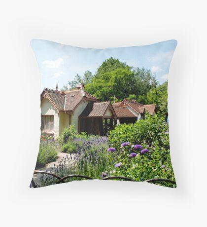 duck island cottage Throw Pillow