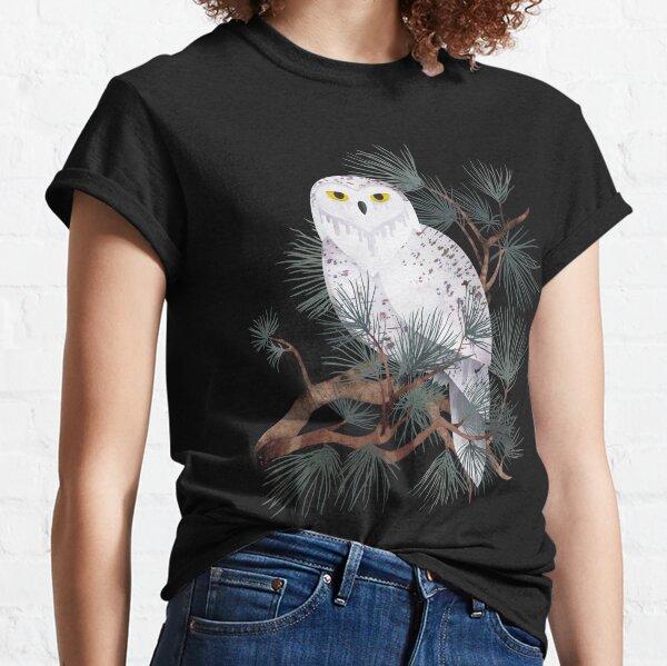 posado en ramas de pino. Viendo pasar el mundo ... Camiseta clásica