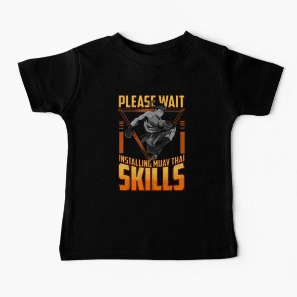 Divertido, por favor, espere instalar Muay Thai Skills MMA Camiseta para bebés