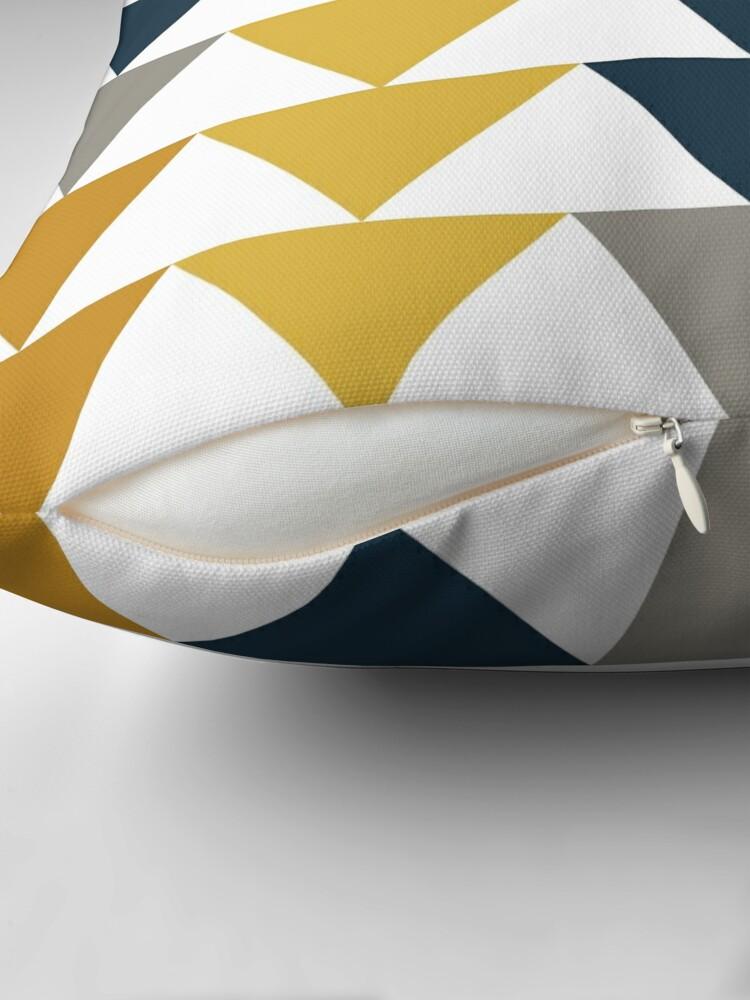 Alternative Ansicht von Pfeile 2 - Minimalistisches geometrisches Muster in Senfgelb, Marineblau, Grau und Weiß Dekokissen